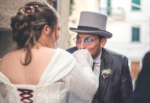 L'amore negli occhi - sposo bacia la sposa
