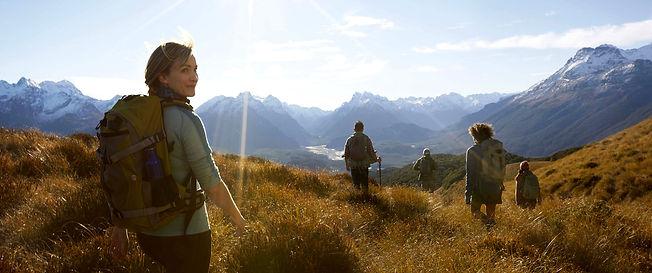 אנשים מטיילים בטבע | דרך ערך