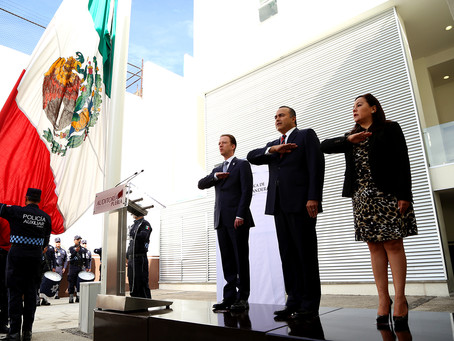 Auditoría Puebla y Gobierno Municipal rinden honores a símbolos patrios en ceremonia cívica
