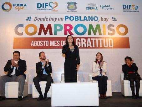 TONY GALI Y DINORAH LÓPEZ DE GALI RECIBEN RECONOCIMIENTO POR PARTE DE TRABAJADORES DEL AYUNTAMIENTO