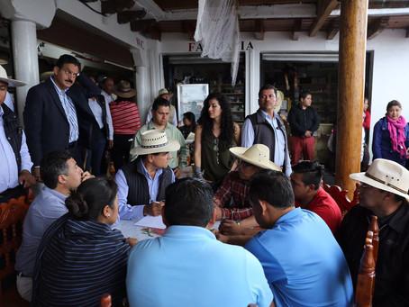 El Gobernador escucha demandas de docentes en Janitzio