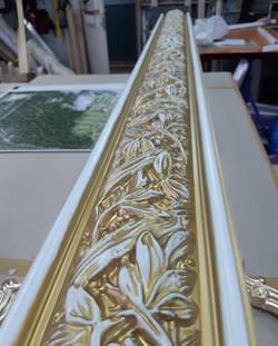Белая эмаль и золотистая патина