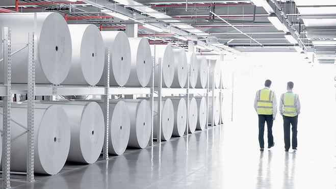 Chão de fábrica com Dois trabalhadores