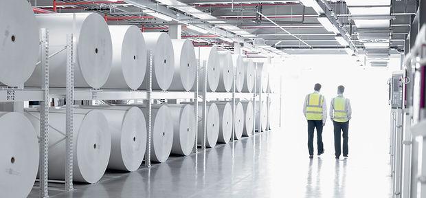 Plancher de l'usine avec deux travailleu