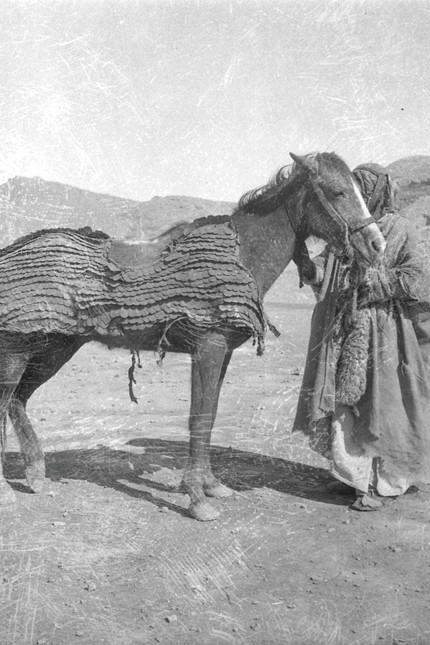 This photo was taken sometime in 1933 or 1934, during an excavation of an ancient city in what is now Syria. The armor draped over the horse was once used in a Roman cavalry unit.