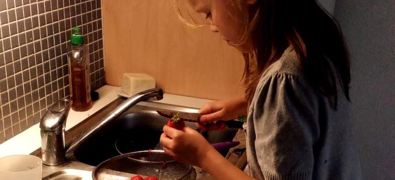 Découpage studieux des fraises, pour un tiramisu revisité