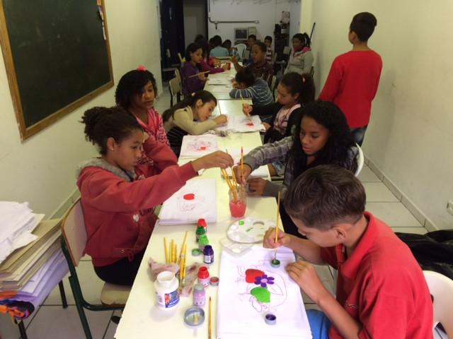 Emiliy, Ketelyn,Kauã, Yasmin e Debora desenvolvendo pintura em tecido