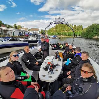 Full båt, klar for dykking ved Skorpo
