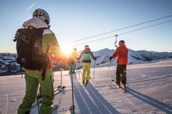 skifahrer-mit-blick-sonnenaufgang