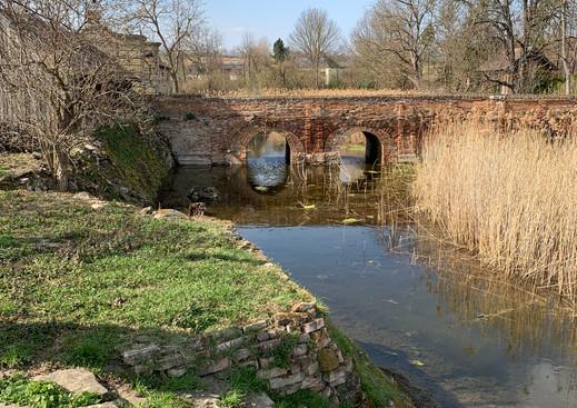 Zufahrt über die Brücke