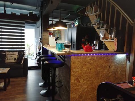 Le bar du Loft avec accès vers le coin nuit et l'espace remise en forme