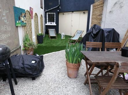Espace détente, salon de jardin, barbecue