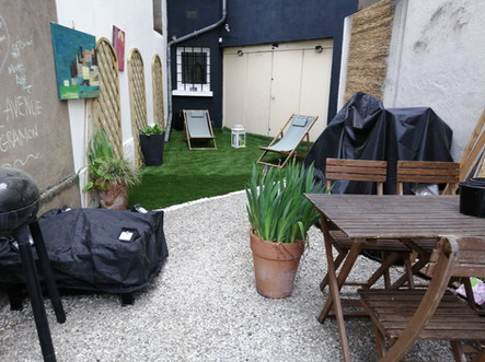 Espace détente, salon de jardin, barbecue à l'arrière de la maison