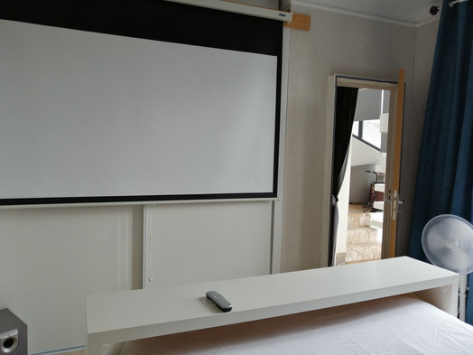 chambre avec home ciné netflix/my canal