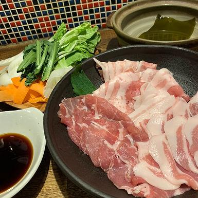 2種類のお肉セットをご用意してます。  【おうちで石焼バーベキューセット2人前 5000円】 うちで焼こう◎デリバリー可能! ご自宅でお手軽、本格遠赤外線効果な天然石焼肉バーベキュー! ◆肉 カルビ・ハラミ・タン・ミスジ・ヒレ ミノ・ギアラ・マルチョウ・トウガラシ こちらから盛り合わせで入ります。 ◆ 付属品 ・すり玉ねぎ ・タレ ◆備考 ・カセットコンロがご家庭に有れば天然石プレートを無料でレンタル致します。 ・カセットコンロが無い場合はそちらも無料でレンタル出来ます。 ・お近くにお住まいの場合デリバリーも可能です。範囲についてはご相談下さい。 ※写真はイメージとなります。(容器、盛り付けが異なる場合がございます。) 【おうちでしゃぶしゃぶセット1~1.5人前 3000円】 しゃぶしゃぶ用のお肉、お野菜各種、ダシ用昆布、タレ全て付いてお手軽にしゃぶしゃぶが楽しめます!  ◆セット内容 ・しゃぶしゃぶ用お肉 ・お野菜各種(白菜、人参、大根、春菊等) ・ダシ用の昆布 ・2種のタレ(ポン酢タレ、胡麻ダレ)  ◆備考 ・カセットコンロのお貸出しも可能です。 ・お近くにお住まいの場合デリバリーも可能です。範囲についてはご相談下さい。