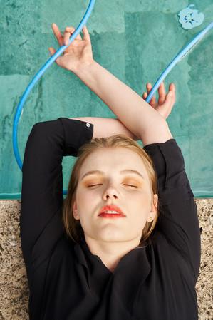 Fashion_Pool_PortraitSchlauch_LeandraGar