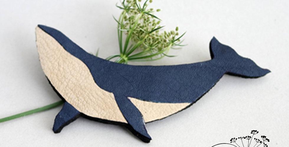 Broche baleine en cuir recyclé