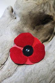 broche en ncuir recyclé poppy coquelicot rouge fait à la main en bretagne artisanal accessoire en cuir
