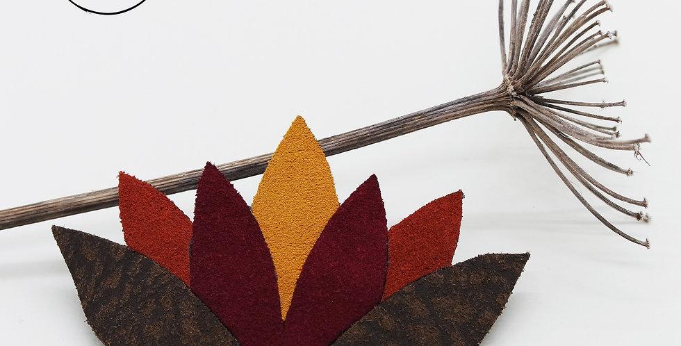 broche fleur de lotus en cuir recyclé