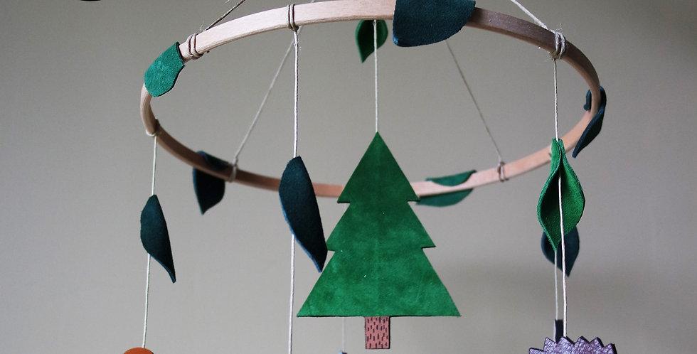 mobile pour enfant et bébé réalisé en cuir recyclé sur le thème de la forêt par l'atelier des ombelles