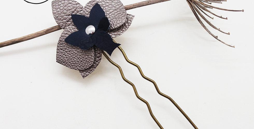 pique à cheveux fleur orchidée en cuir recyclé