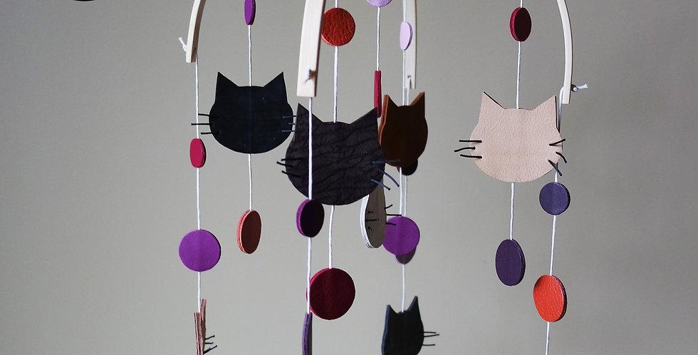 mobile petits chats pour enfant et bébé en cuir recyclé fabriqué par l'atelier des ombelles