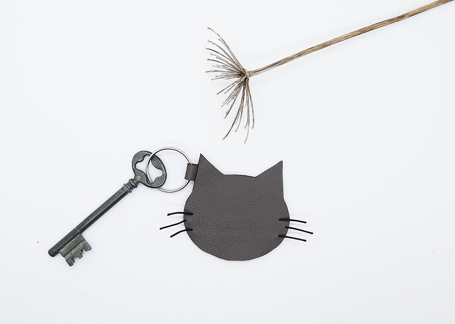 porte-clés tête de chat gris chartreux en cuir recyclé