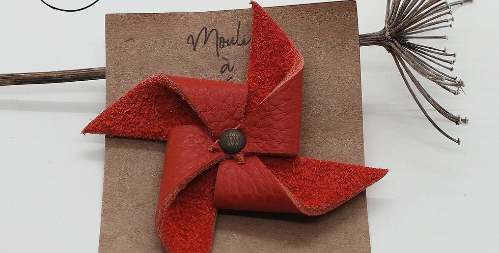 broche moulin à vent en cuir recyclé de différentes couleurs. made in bretagne