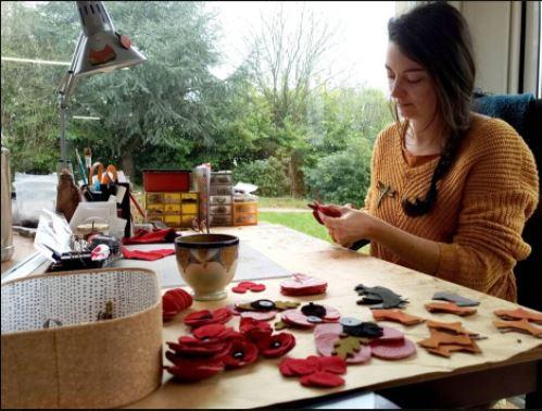 Marine Le Moal, créatrice de l'Atelier des Ombelles, travaille dans son atelier