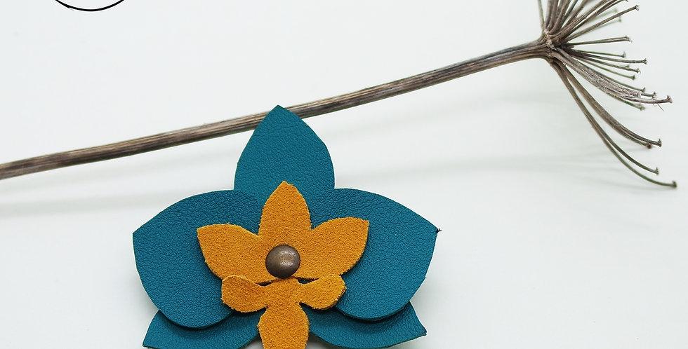 Broche fleur orchidée en cuir recyclé. accessoire fait à la main en bretagne