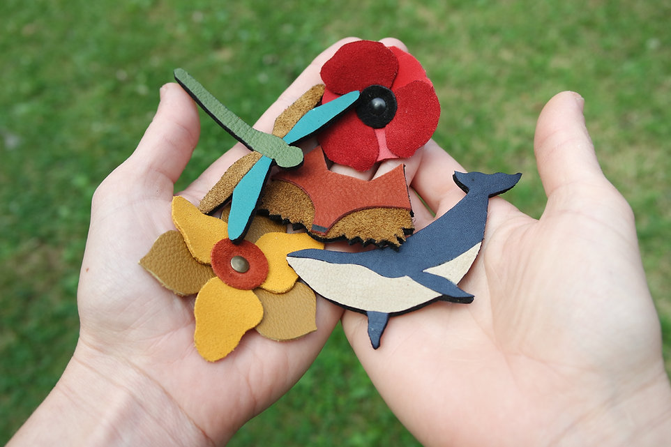 créations bijoux accessoires en cuir recyclé atelier des ombelles broches en cuir baleine libellule fleurs