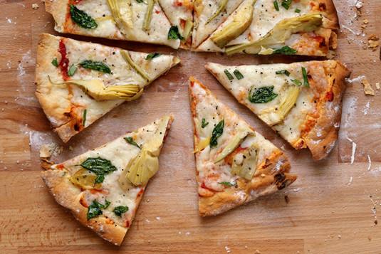 Frische Artischocken-Pizza
