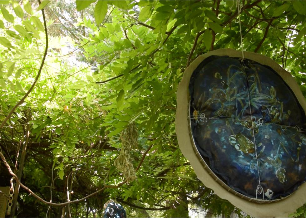 Suspensions Indian-blue au jardin Théâtre du Calpin
