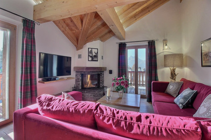 Living room with open fireplace, SONOS and Television
