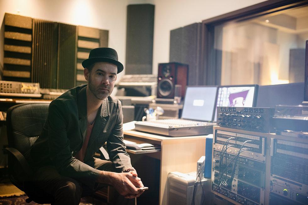Musicista in una camera di registrazione