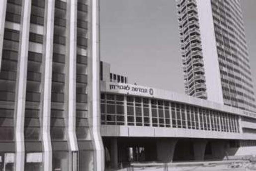 צילום שחור לבן של הבורסה בניין.jpg