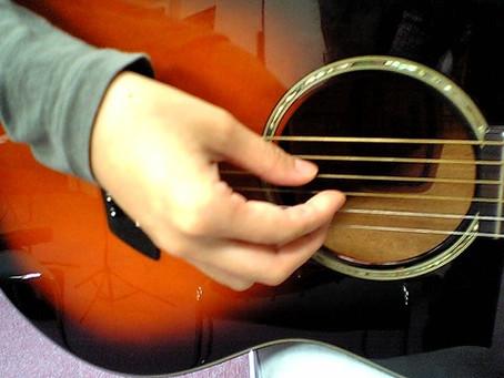 右手の形とひじの位置を変えると音が良くなりますよ!