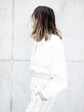 Femme en costume blanc