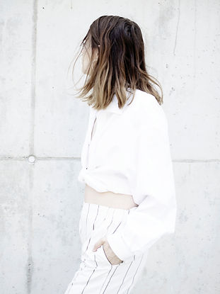 白い服装の女性