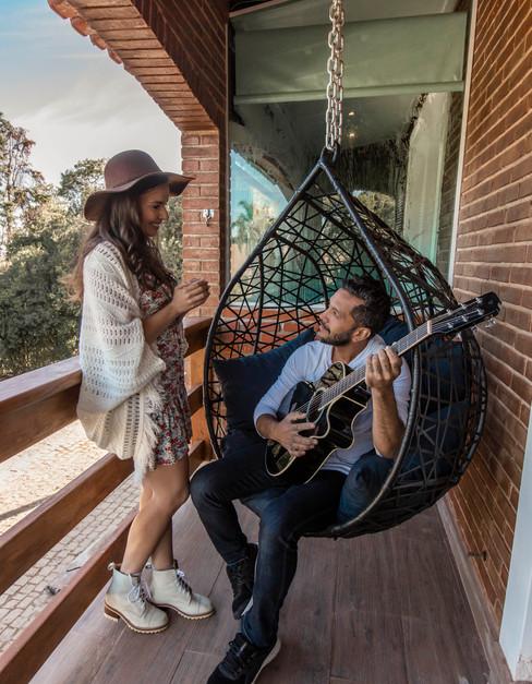 chal-panormico-adorai-chals-casal-na-varanda-cantando.jpg