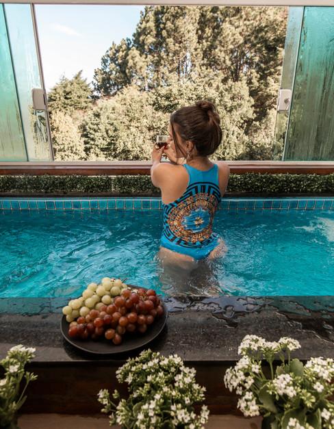 chal-panormico-adorai-chals-modelo-na-piscina-do-quarto-contemplando-a-paisagem.jpg