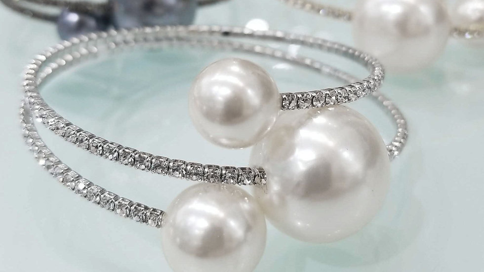 Crystal bracelets with 3 pearl. Big middle pearl can move