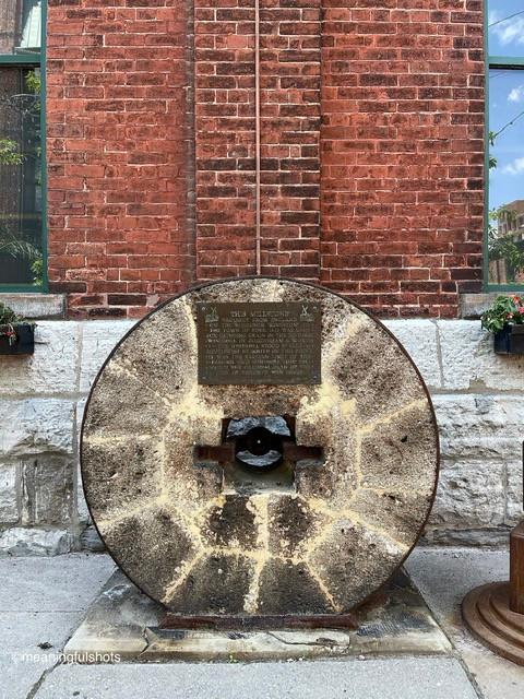 Cette meule apportée d'Angleterre à la ville de York en 1832 a été utilisée pour moudre le grain dans le moulin à vent historique de Gooderham & Worts.