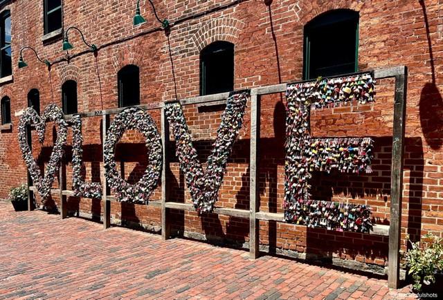 L'énorme panneau de verrouillage de l'amour est une œuvre d'art incontournable dans le Distillery District. Un endroit où vous et votre partenaire pouvez verrouiller le signe de l'amour!
