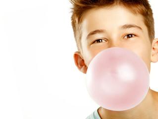 Afinal mascar chicletes é prejudicial aos dentes?