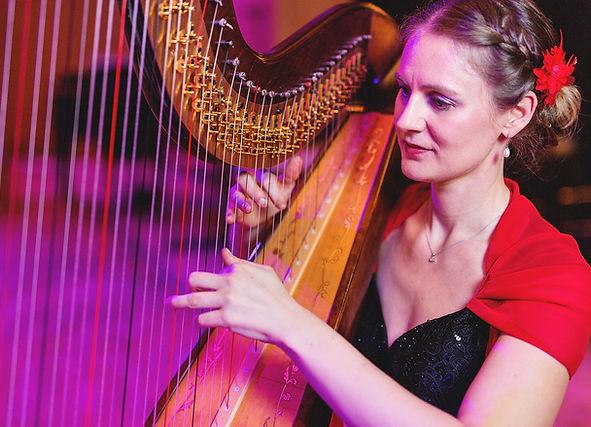Sonja Fiedler an der Harfe