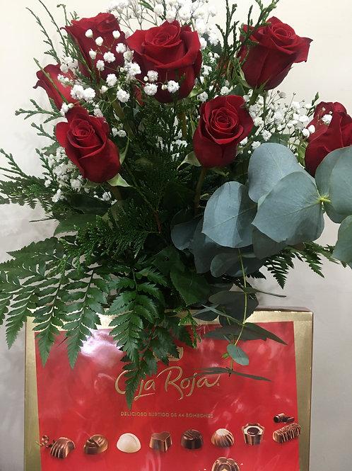 doce rosas rojas en jarron de cristal y caja grande bombones