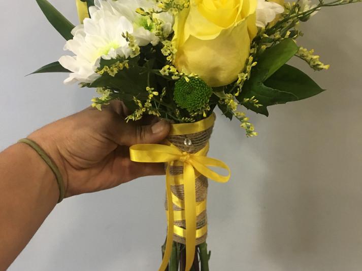 ramo de novia rosa amarilla y margaritas