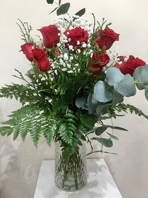 doce rosas rojas en jarron de cristal