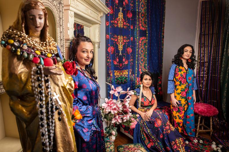 Csoportkép a Romani cigány szalonjában
